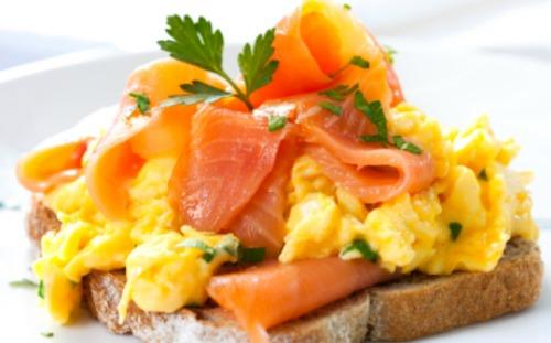 oeufs brouillés sur toast saumon epinards