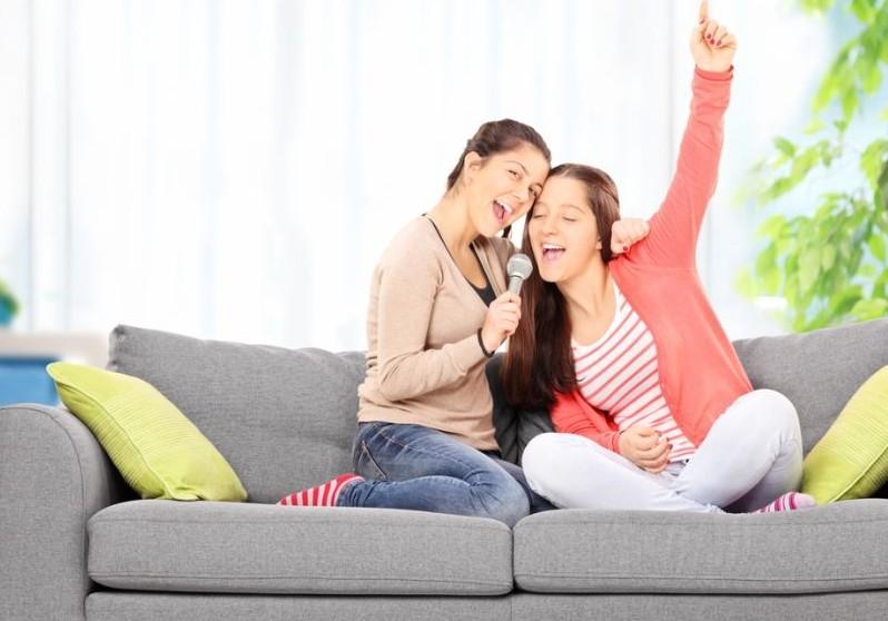 filles qui chantent à la maison