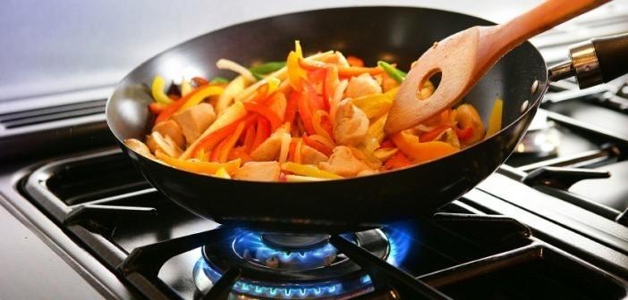 poele qui cuit des aliments