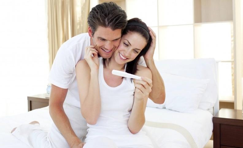 couple regardant un test de grossesse