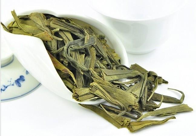feuilles de gingko biloba séchées dans cuillère
