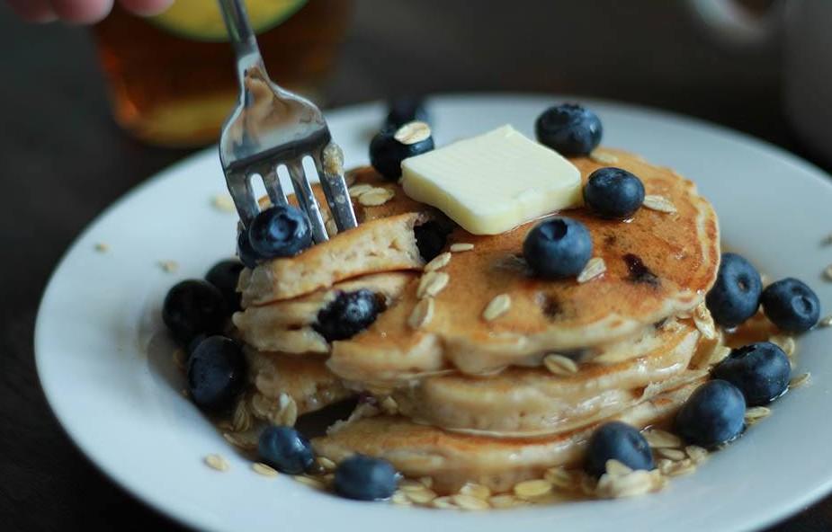 recette petit dejeuner brûle graisse pancakes avoine myrtilles yaourt