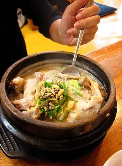 coréen qui mange samgyetang