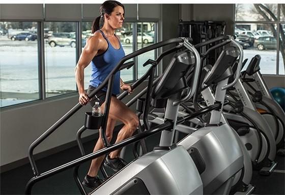 stairmaster femme dans salle de sport