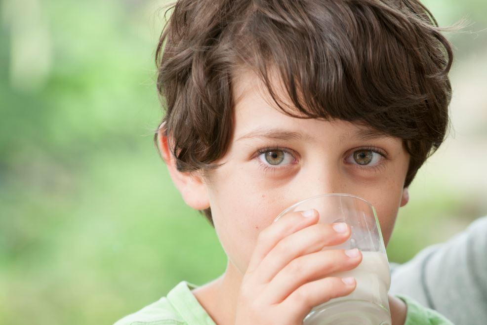 enfant qui boit du lait