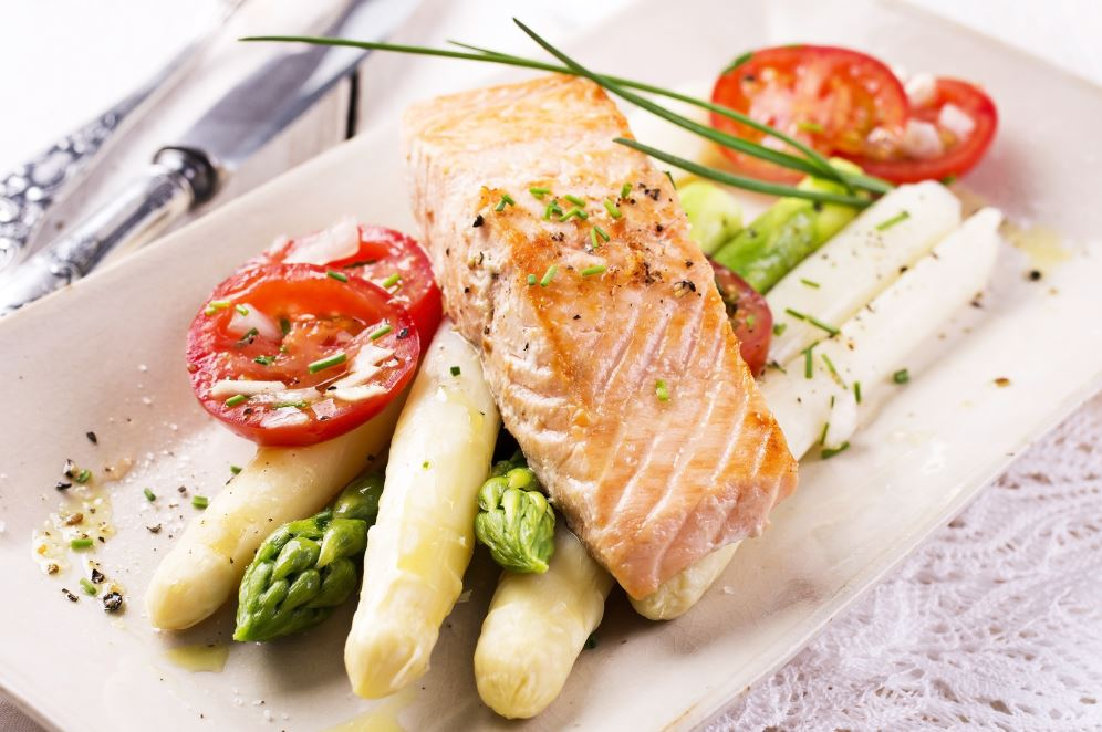 du saumon et des asperges comme diner