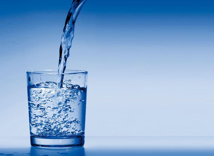 un verre d'eau comme remèdes naturels