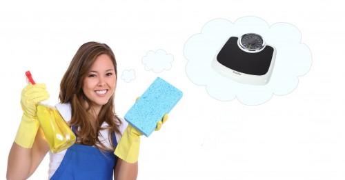 femme qui ne sait pas comment nettoyer sa balance