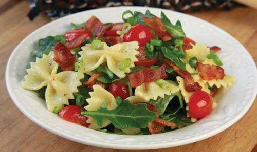 salade de pâtes bacon laitue tomates