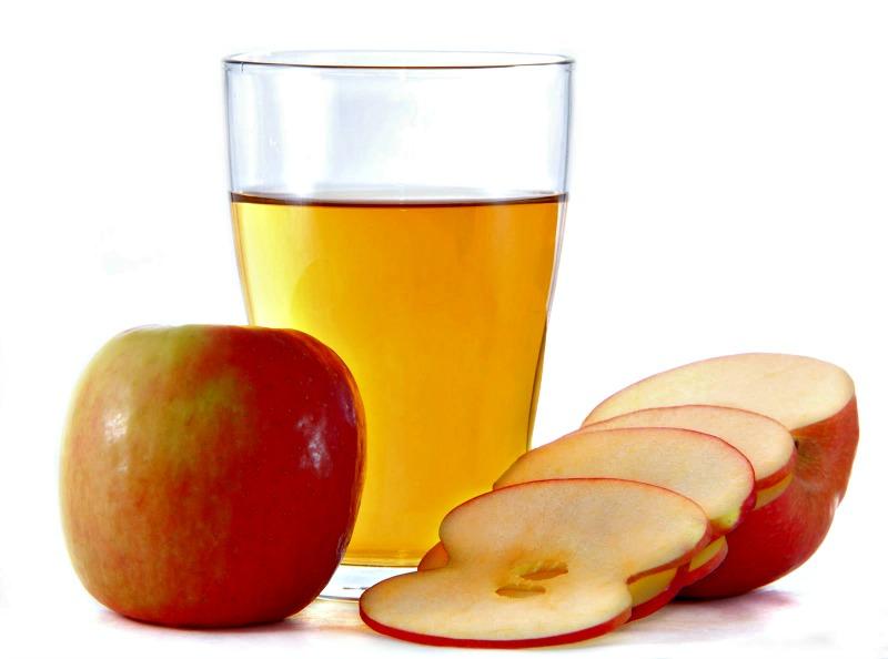 verre de vinaigre de cidre et pomme