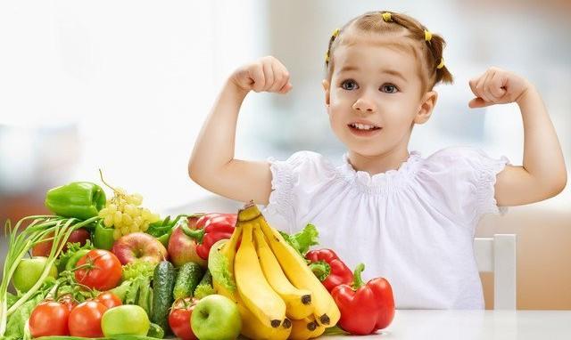 petite fille qui a de l energie avec legumes